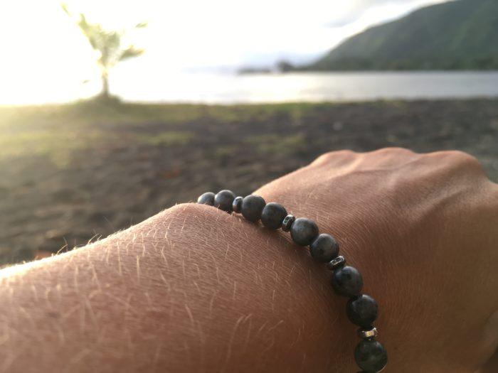 Bracelet pour femme et pour homme en pierre naturelle de Labradorite noire